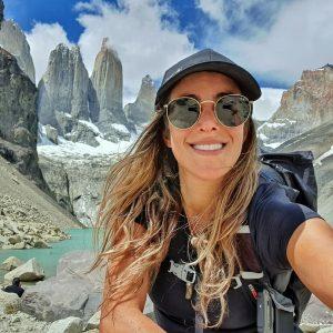 Mujer tomando foto selfie con montañas en el fondo