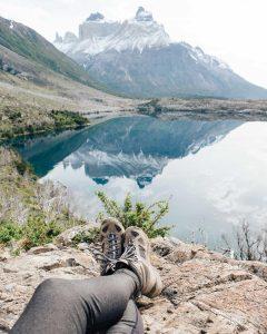 Viajera descansando frente a lago y montañas en circuito w