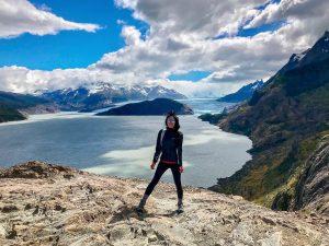 Mujer frente a inmenso paisaje y glaciar en circuito w
