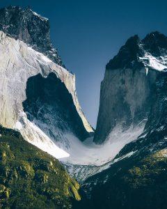 Dos imponentes montañas sobre vegetacion
